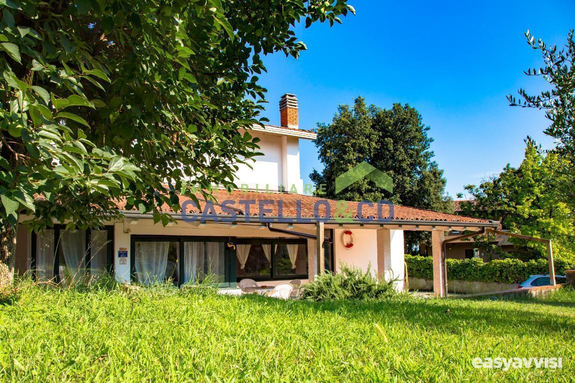 Porzione di villa con giardino  mq.., provincia di