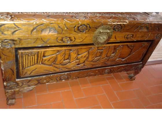 Baule cassapanca in legno intagliato