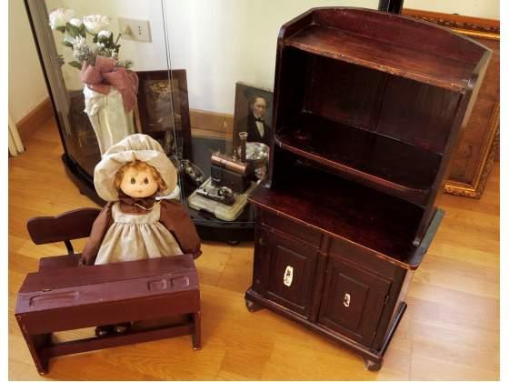 Mobile e Piccolo banco di scuola casa bambole