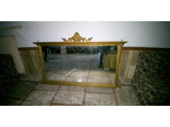 Specchio da parete con decorazioni laterali e superiori