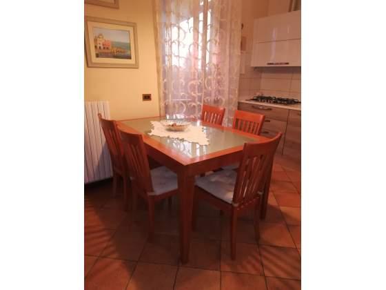 Tavolo allungabile con sei sedie