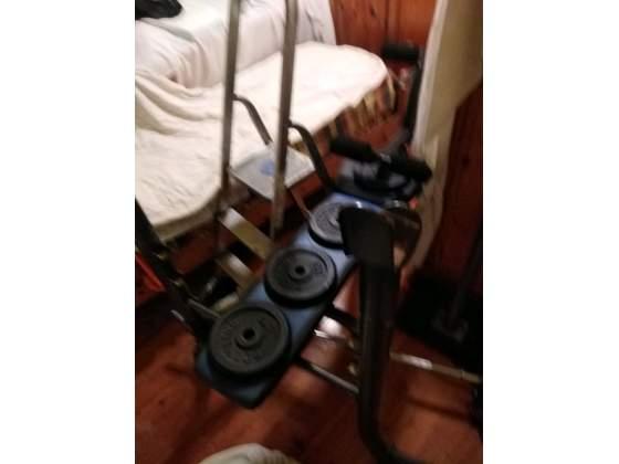 Panca palestra con bilancere e pesi vari
