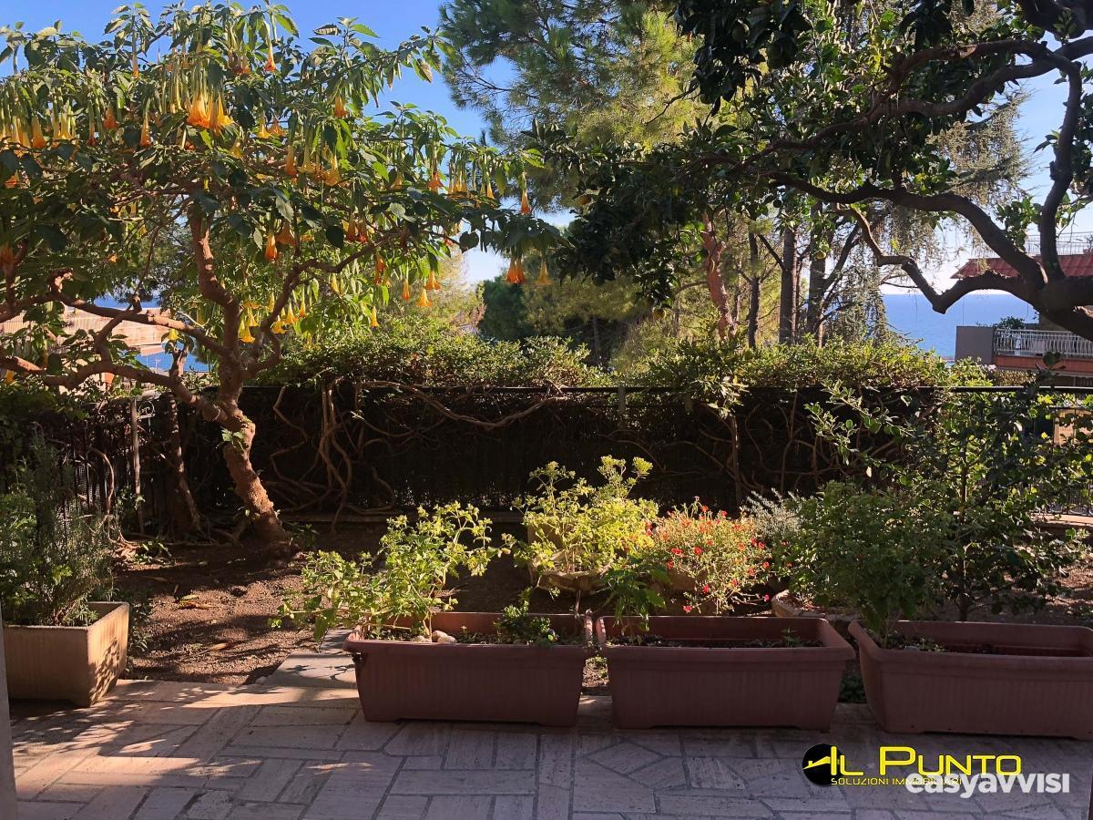 Vendita sanremo grande bilocale con terrazza e giardino.