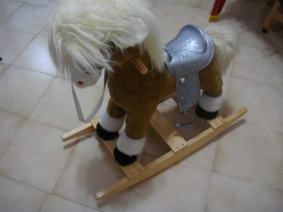Cavallo a dondolo in legno e peluche