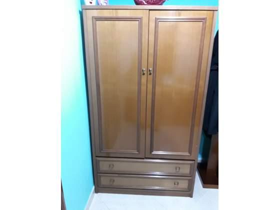 Guardaroba marrone di legno con 2 ante e 2 cassettoni