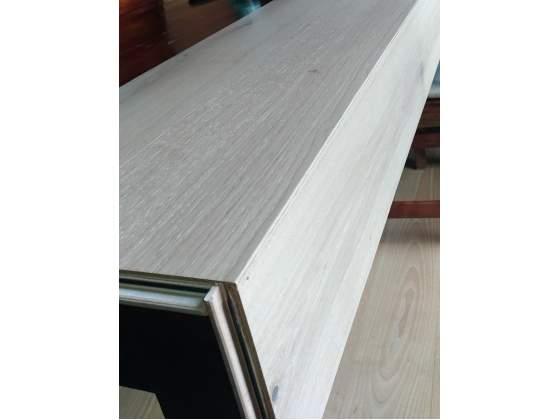 Scala moderna in legno prefinito con sottogrado