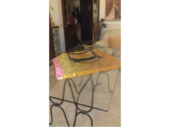Tavolo in vetro con struttura in ferro battuto