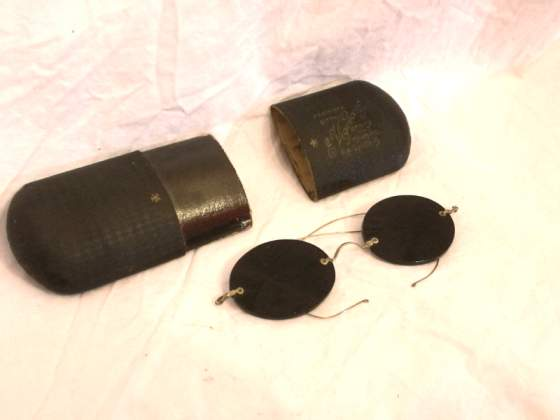 Antichi occhiali tondi con custodia, come da foto