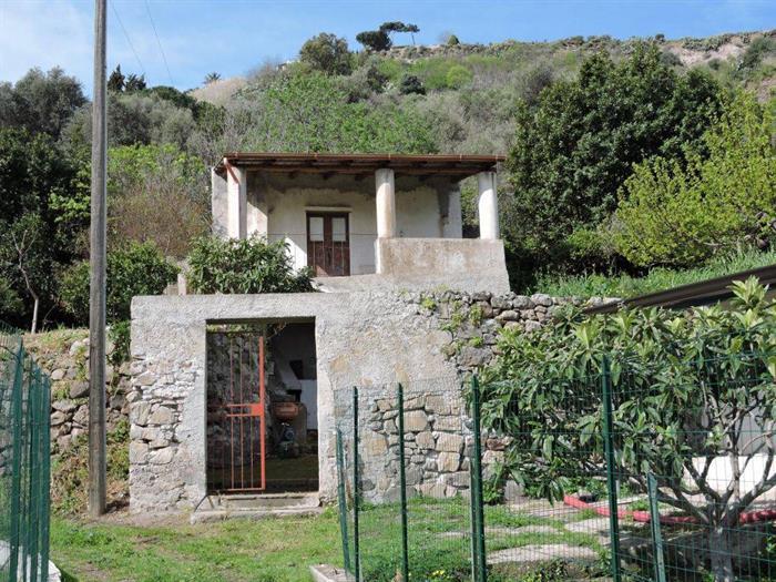 LIPARI CASETTA SU DUE LIVELLI CON TERRAZZA,GIARDINO,VE 832
