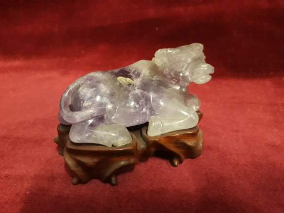 308 - bue in quarzo viola su base legno - orientale
