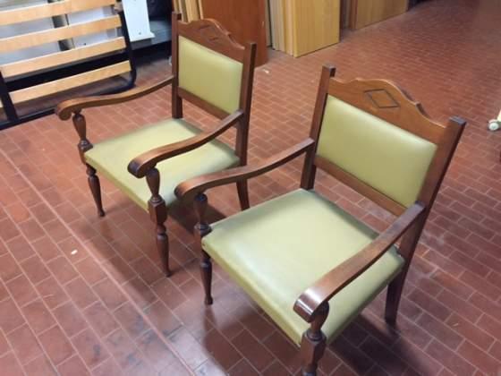 Due sedie in legno e pelle