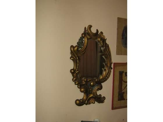 Specchio Antico con cornice in legno artistica.