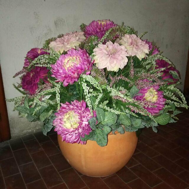 Bel vaso grande in terracotta con fiori finti