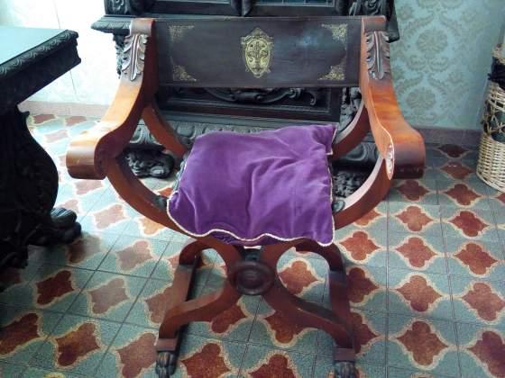 Poltrona Savonarola in legno massello e cuoio borchiato