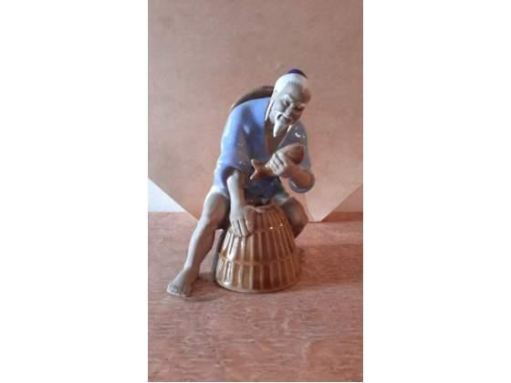Statuina di pescatore cinese in ceramica firmata Wah Jang
