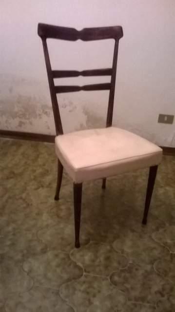 6 Sedie in legno scuro con sedile in pelle del