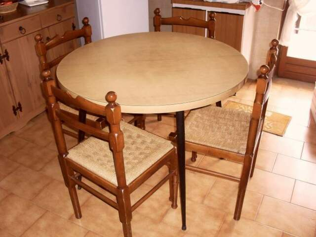 Tavolo tondo con 4 sedie