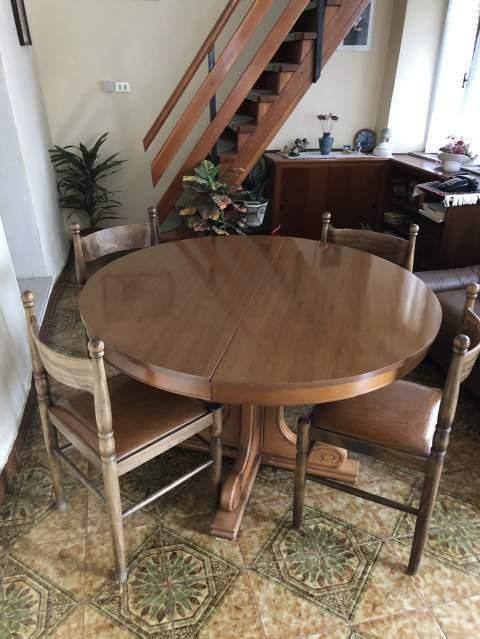 Tavolo rotondo con 4 sedie