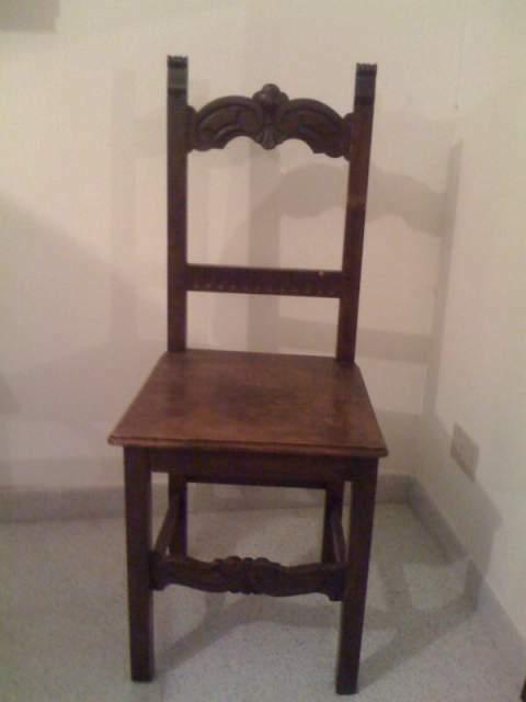 Coppia di sedie antiche in legno massello