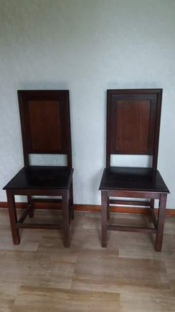 Due sedie in legno con schienale alto