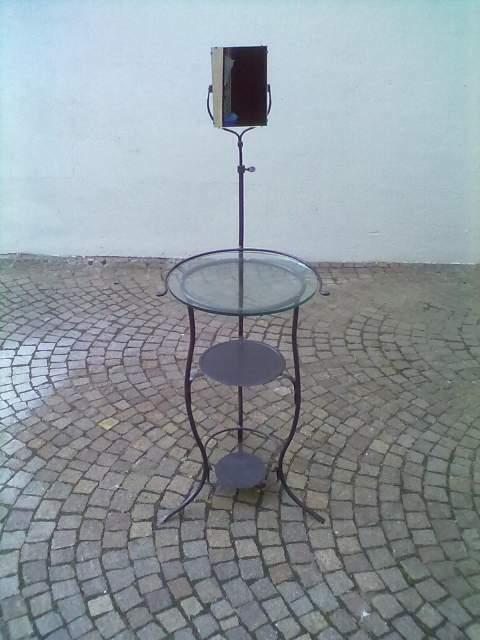 Tavolino rotondo in ferro e vetro
