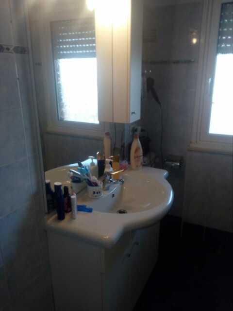 Letto matrimoniale/mobile bagno + lavabo e specchio