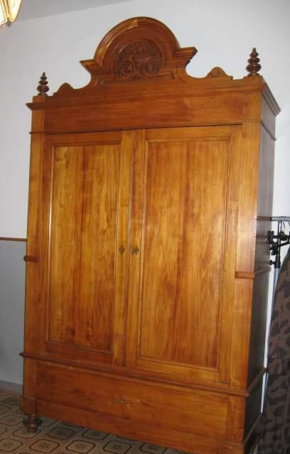 Antico armadio a due ante con cimasa e cassetto. Restaurato