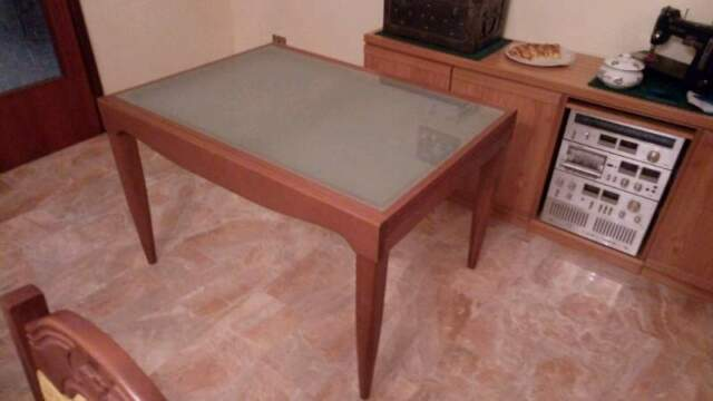 Tavolo allungabile in legno massello e vetro satinato