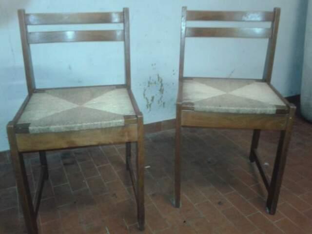 Due sedie in legno con seduta in paglia