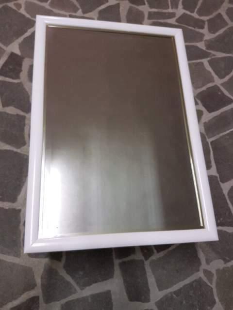 Specchio con cornice in legno bianca e profilo color oro 100