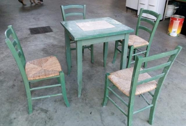 Tavolo in legno con sedie