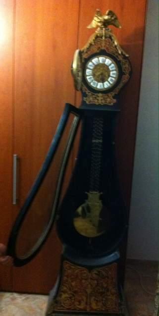 Antico orologio a pendolo a colonna