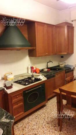 Cucina in legno ciliegio e marmo di carrara