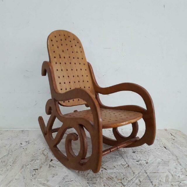 Sedia a dondolo piccola legno forato