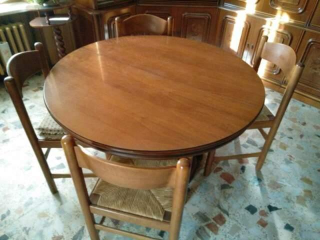 Tavolo rotondo in legno con sedie