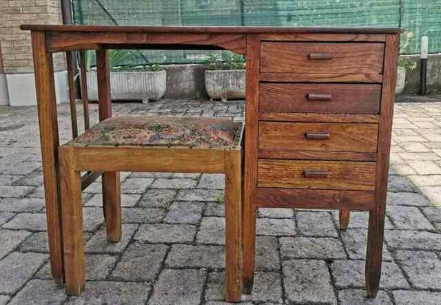 Scrivania in legno massello con sedia imbottita abbinata
