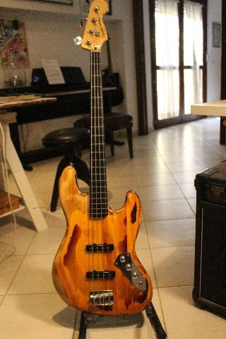 SQUIER JAZZ BASS FRETLESS