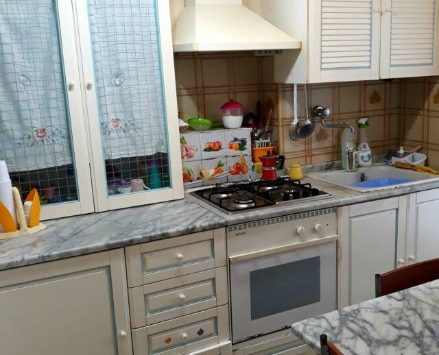 Cucina componibile con tavolo e piani in marmo