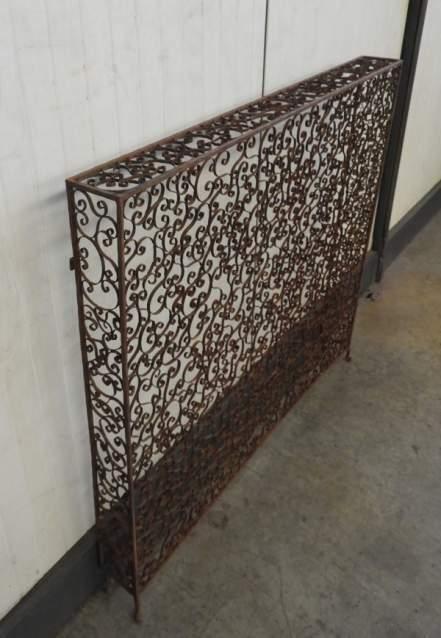Ringhiera copritermosifone in ferro battuto decorato
