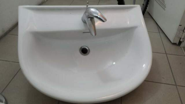 Vendesi lavello bagno in ceramica con accessori