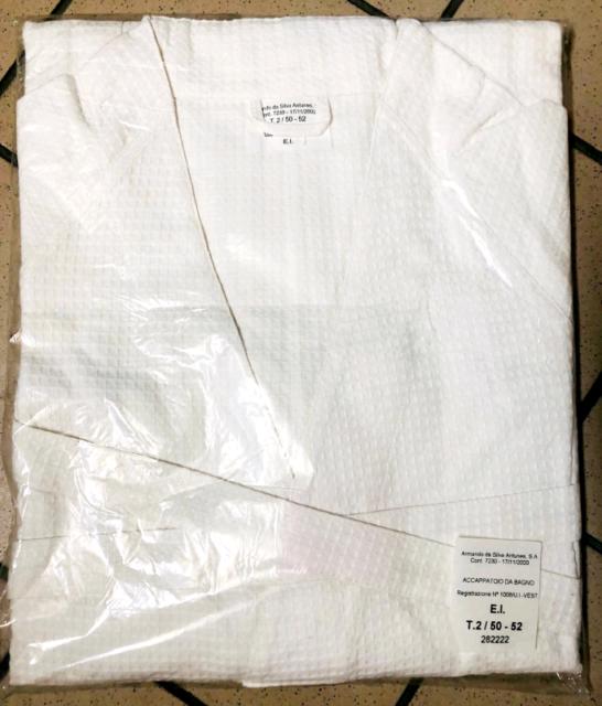 Accappatoio di cotone nuovo di colore bianco