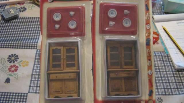 Miniature di credenze in legno con 2 tazzine e 2 piattini