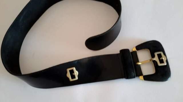 Cintura vintage da donna nera in pelle con fibbi