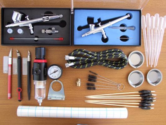 Coppia di aerografi e attrezzature per modellismo Nuovi