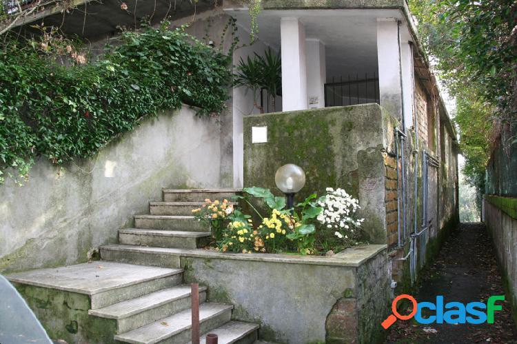 Isola Farnese appartamentino allo stato rustico