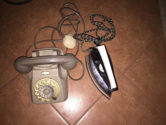 FERRO DA STIRO E TELEFONO VINTAGE