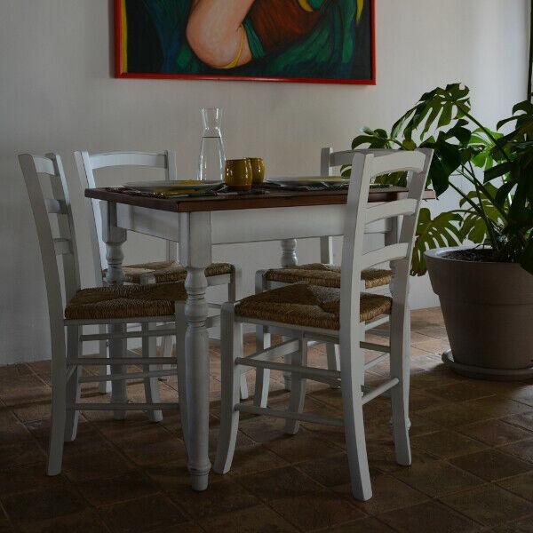 Il set tavolo e sedie shabby per ristoranti
