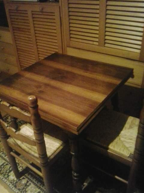 Tavolo + 4 sedie in legno massello estensibile.