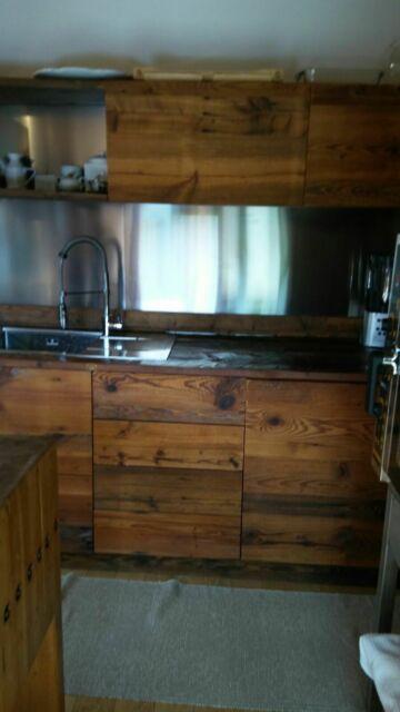 Cucina in legno vecchio con pensili su misura