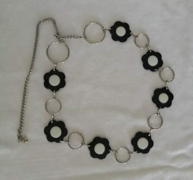 Cintura donna con fiori neri e anelli in metallo argentato